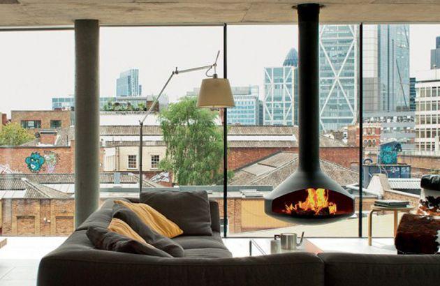 Cheminée Design centrale Ergofocus devant une baie vitrée donnant sur les toits de Londres